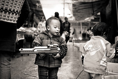 (Carl`) Tags: china old canon eos town asia gun child market scope sigma weapon automatic 中国 yunnan lijiang 古城 丽江 30mm 云南 亚洲 50d