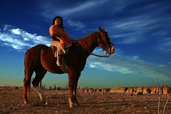 Poder (Aihibed) Tags: portrait sky horse woman mountain clouds caballo afternoon power desert indian cerro cielo nubes desierto bajacaliforniasur poder arbustos fidelidad mujerindia aihibedphotography aihisphotos taniabarajas encuadrehorizontal sanpedrobajacaliforniasur
