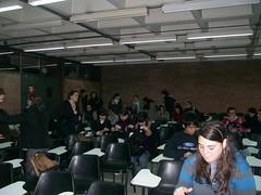 alumnos ingresando al aula