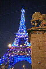Tour Eiffel - Paris (France) (Meteorry) Tags: street bridge blue paris france art stars lights europe tour einstein eiffeltower spaceinvader spaceinvaders illumination eiffel bleu toureiffel champdemars pont invader dame rue 2008 quai julesverne latour eiffeltoren meteorry branly quaibranly pontdina ina