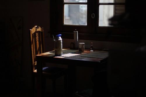 ventana mesa y sillas 02