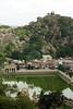 Sravanabelgola, sanctuaire jain (Calinore) Tags: india architecture landscape asia karnataka paysage jain inde jainism sravanabelgola jainisme lacollection