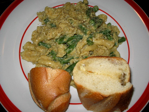 Cheezy pasta & green beans with garlic bread