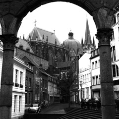 Aachen (Peter Gutierrez) Tags: photo europe european germany german deutschland deutsch city west district aachen oche aken aquisgrán aixlachapelle north rhinewestphalia nordrheinwestfalen streets building buildings architecture urban old street altstad black white bw square peter gutierrez petergutierrez roman arch arche pillar pillars cathedral gothic sidewalk pavement public schwarzes schwartz weis weiss film photograph photography
