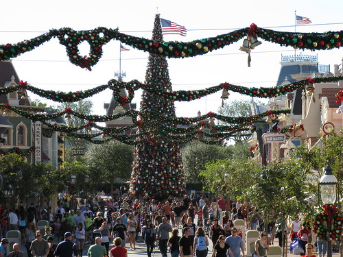 Main Street USA decorated for Christmas, Disne(...)