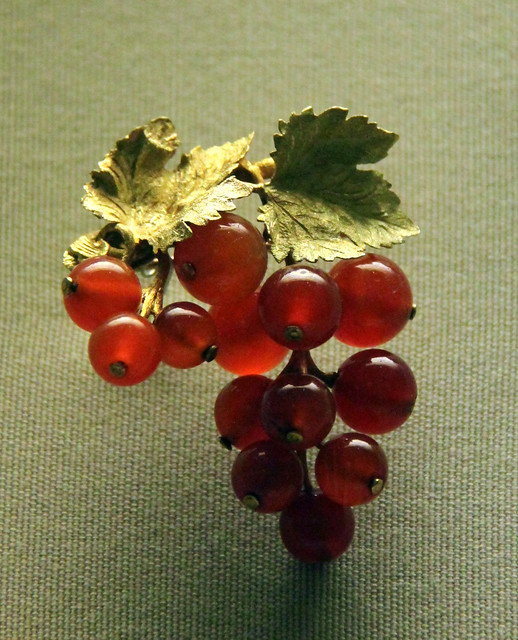 Coloured-gold currant brooch