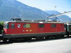 SBB Lokomotive Re 4/4 II 11239 mit dem Wappen von Porrentruy in Brig in der Schweiz (chrchr_75) Tags: hurni christoph schweiz suisse switzerland svizzera suissa swiss chrchr chrchr75 chrigu chriguhurni 2004 eisenbahn bahn train treno zug sbb re 44 420 lokomotive engine albumbahnenderschweiz juna zoug trainen tog tren поезд паровоз locomotora lok lokomotiv locomotief locomotiva locomotive railway rautatie chemin de fer ferrovia 鉄道 spoorweg железнодорожный centralstation ferroviaria albumsbbre44iiiii cff ffs schweizerische bundesbahn bundesbahnen re44
