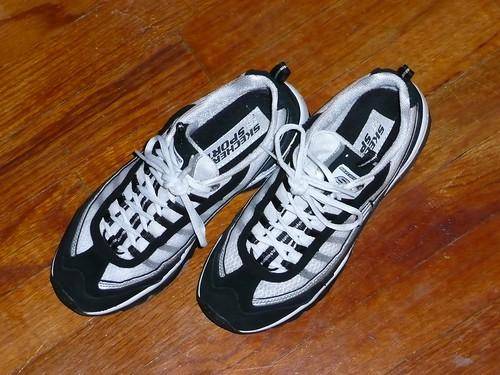 blackandwhite inside laces hardwoodfloor runningshoes skechers tennisshoes focustest athleticshoes newcameratest emptyshoes skecherssport stilltied
