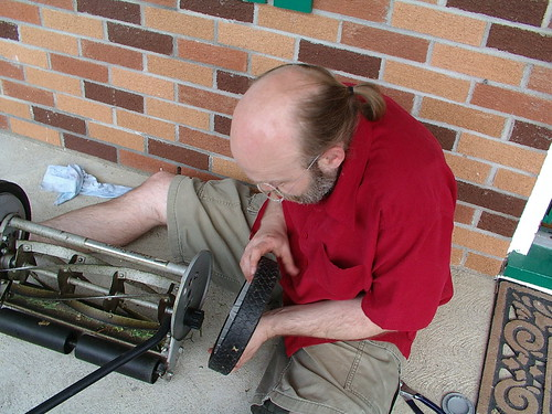 Ruud the Analyst repairing his lawn mower.