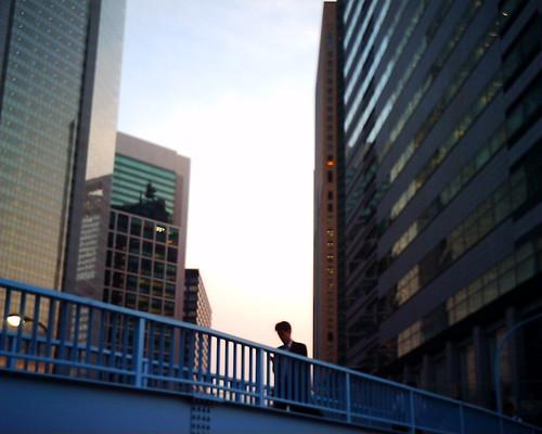 【写真】VQ1005で撮影した夕暮れの歩道橋