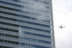 before the impact (arnd Dewald) Tags: london skyscraper airplane blurry canarywharf flugzeug hochhaus verwackelt associative arndalarm assoziativ img2291e05klein