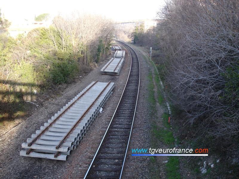 Vue des coupons de rail avant leur pose sur la voie ferrée Aix-en-Provence - Gardanne - Marseille