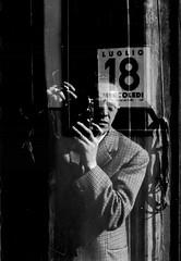 1914 - 2014  un vecchio selfie per i cento anni della Leica (Alberto Cameroni) Tags: leica bw selfportrait noiretblanc bn autoritratto 50 papà padre elmar babbo biancoenero vecchiefoto père selfie visi leicaiiic cameronifrancesco mercoledì18luglio1951 centenarioleica