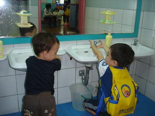 你拍攝的 陪弟弟上廁所。