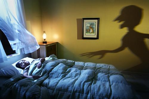 В этот период детское мышление очень ранимо, его можно легко напугать описанием или просмотром сцен насилия или жестокости по телевизору или компьютеру.