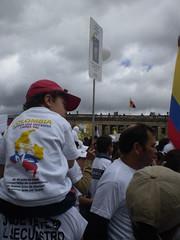 Un niño en la plaza de Bolívar de Bogotá (Foto: Paola Vargas / equinoXio)