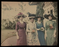 Mary Gullick, Zoe Gullick, Marjory Gullick, Chloe Gullick - outside Altoncourt, Killara? c.1909 from Gullick family, c.1909-1922 / photographed by William Applegate Gullick (State Library of New South Wales collection) Tags: hats chapéus woman mulheres ladieshats fashion 1909 gullick altoncourt williamgullick autochromeplate 1900s vintage dress dresses flowers hat autochrome williamapplegategullick marygullick zoegullick marjorygullick chloegullick statelibraryofnewsouthwales feathers circa1908 check