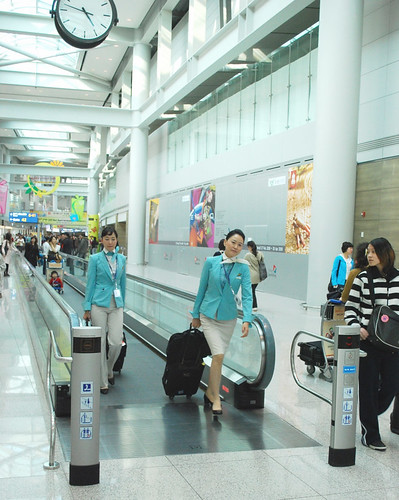 una vista di Incheon Airport con alcune hostess della Korean Air