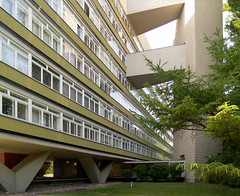 oscar niemeyer, hansaviertel housing, berlin 1956-1957 (seier+seier) Tags: house building berlin niemeyer arquitetura architecture modern germany concrete deutschland casa oscar edificio columns creative modernism commons cc architect unite architektur housing huis maison gebude architettura hansaviertel architectuur modernist reconstruction beton batiment gebouw bouw midcentury postwar pilotis interbau unit dhabitation seierseier