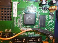 リンクシス(Linksys)社のワイヤレス・ルータ 「WRT54G」のチップ(BROADCOM)