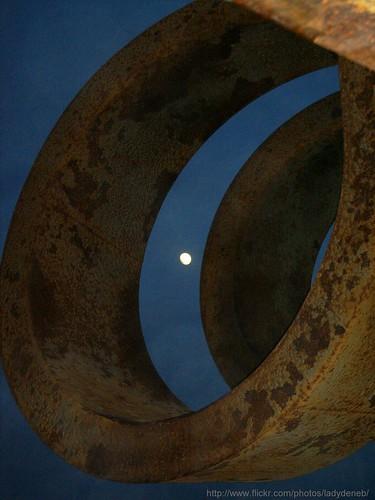 la luna navega entre el oxido..