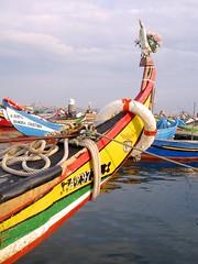 valores portugueses: fatima, futebol e ... faina (☼ Helder) Tags: portugal colors clouds river boats totem benfica fatima torreira riadeaveiro ilustrarportugal sérieouro
