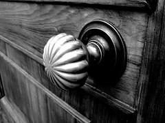 Pomo (Elanorya) Tags: bw white black bn pomo porta bianco nero maniglia mistero entrata lato sfumatura soglia gradazioni