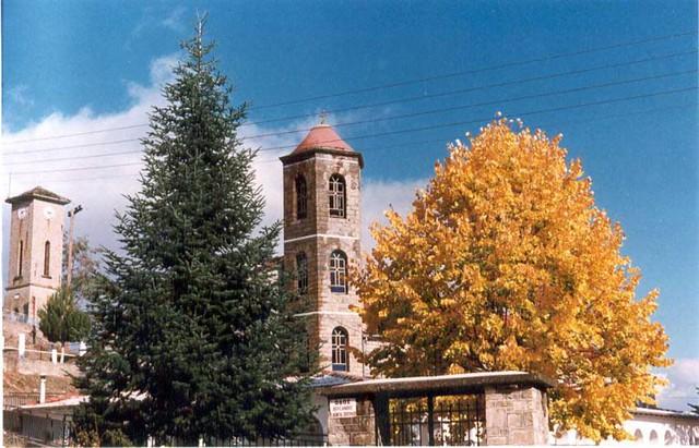 Δυτική Μακεδονία - Κοζάνη - Δήμος Τσοτιλίου Το καμπαναριό της κεντρικής εκκλησίας του Αυγερινού (Κοίμηση της Θεοτόκου). Πίσω διακρίνεται το ρολόι του χωριού.