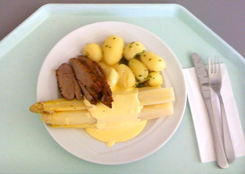 German asparagus with duck breast slices / Deutscher Spargel an gebratenen Entenbrusttranchen