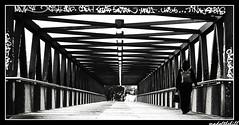 Puente Campus Castelldefels (madofthehill) Tags: barcelona puente monocromo nikon gente bn otras lugares lineas castelldefels diagonales geometra tepasaste nikond40 diamondclassphotographer flickrdiamond lineasyrectas