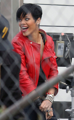 HAIR,HAIRCUTS,HAIRSTYLES 2010:Rihanna Straight Short Hairstyle On the set of