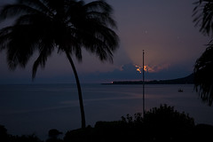 Moonset (Paula Marina) Tags: longexposure usa moon lighthouse nature star hawaii natureza estrela pacificocean palmtree bigisland farol mybackyard aloha moonset coqueiro longaexposio frommybalcony kealakekuabay kaawaloa captaincookmonument gettyvacation2010 paulamarina