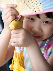 (olvwu | ) Tags: cute girl yellow umbrella fun happy fan chinese taiwan niece taipei giraffe taiwanese danshuei 1260 jungpangwu oliverwu oliverjpwu olvwu jungpang