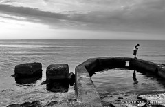 Les indiscrètes (NISSart) Tags: leica sunset sea mer beach tramonto mare plage spiaggia streetshot nissart lorenzostarita aplusphoto
