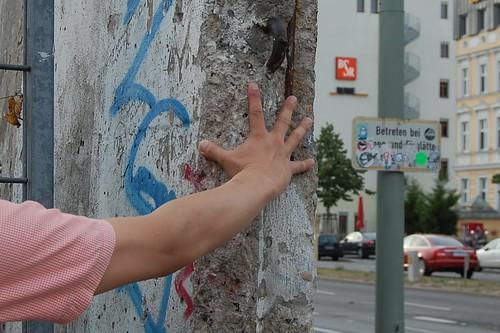 ベルリンの壁は薄かった(物理的には)