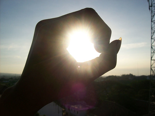 Deaky menggenggam matahari