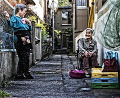 exchange of views (ajpscs) Tags: street old japan japanese tokyo alley nikon chat  nippon  conversation neighbor shitamachi yanaka d300 informal typicalday ajpscs friendlytalk othersideoftokyo