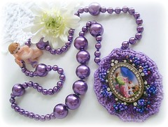 Anjo da guarda... (Lidia Luz) Tags: necklace beads handmade embroidery crochet jewelry bijoux bijuteria pearl colar prola croch bijoutueria