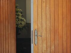 Entreaberta (Felipe Paim) Tags: flores textura igreja porta madeira chava fechadura capela arranjos maaneta freira entreaberta felipepaim