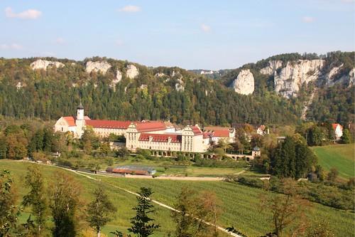 Blick auf Kloster Beuron im Donautal