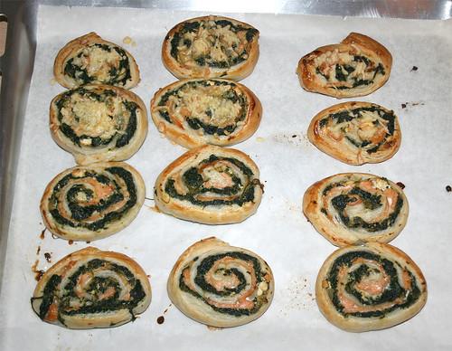 22 - Lachs-Blattspinat-Blätterteigrolle mit Feta - Fertig-gebacken