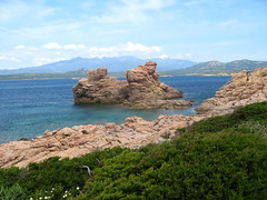 En allant vers Cala di u Merlu : rochers spectaculaires sous la Cagne
