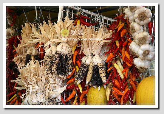 義大利攤販把風乾香料拿來當裝飾