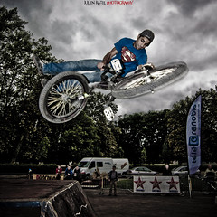 ~~ Desaxed World Cup Skateboard #12 ~~ (Julien Ratel ( Jll Jnsson )) Tags: sky lines bike sport grenoble canon jump bmx shoes cone contest competition battle flags skaters sneakers tokina event international skate baskets skateboard duel hugs dual rider fil competitor drapeaux bisous mogwa cnes 1224f4 40d abigfave superheroesofbmx totalawesomeness theunforgettablepictures adversaire julienratel thegreatshooters julienratelphotography desax desaxworldcup