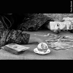 la sfera di cristallo (paolo.benetti) Tags: bw festival nikon italia balloon mani mano medium ferrara carta carte balloonfestival magia cristallo anello sfera sensitiva illusione cartomante d80 preveggenza indovino sferadicristallo fururo chiaroveggente