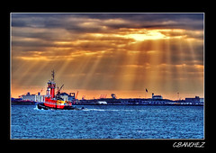 Rays of light. (NYC sharpshooter) Tags: light red sun love colors brooklyn river boats nikon perfect ray photographer pics vivid sunny rays hook fabulous picturesque hdr the goldenglobe supershot d80 bej golddragon of mywinners abigfave anawesomeshot aplusphoto theunforgettablepictures goldstaraward flickrestrellas thebestofday gnneniyisi unlimitedphotos qualitypixels nikonflickraward