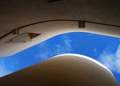 Estrecheces (SlapBcn) Tags: barcelona sky architecture arquitectura bcn cel lookingup cielo slap macba 18200vr nikond80 myneckhurts untopic slapbcn laluzdelamaana unpoquitodecolor quemagrada