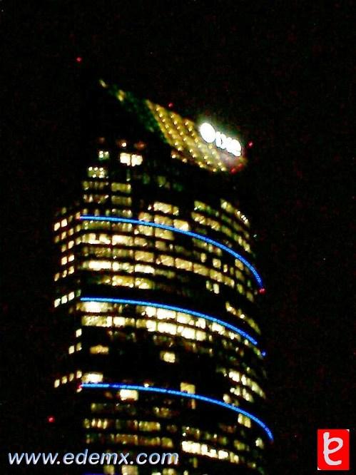 Torre Mayor con los colores patrios en su superficie. ID237, Iván TMy©, 2008.