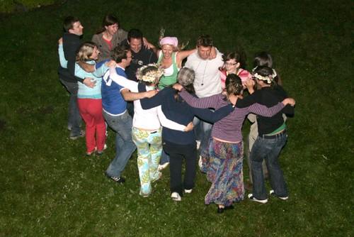 junge Leute tanzen Arm in Arm