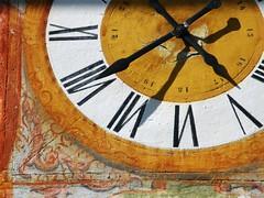 la  mia  ombra    in  ritardo  di  6  minuti!  (MY SHADOW IS 6 MINUTES LATE!) (agostino.bartoli) Tags: shadow detail clock delay ombra orologio minutes ritardo dettaglio minuti